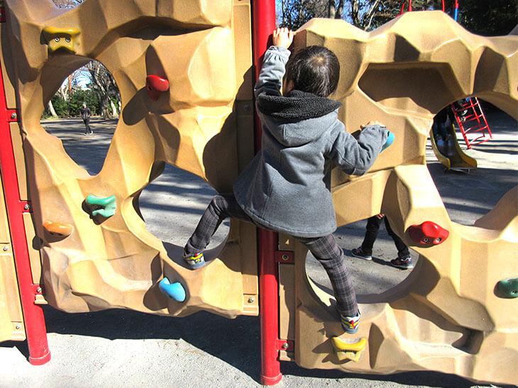 公園の遊具で外遊びをする幼児