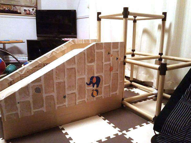 ダンボールで手作りした子供用滑り台