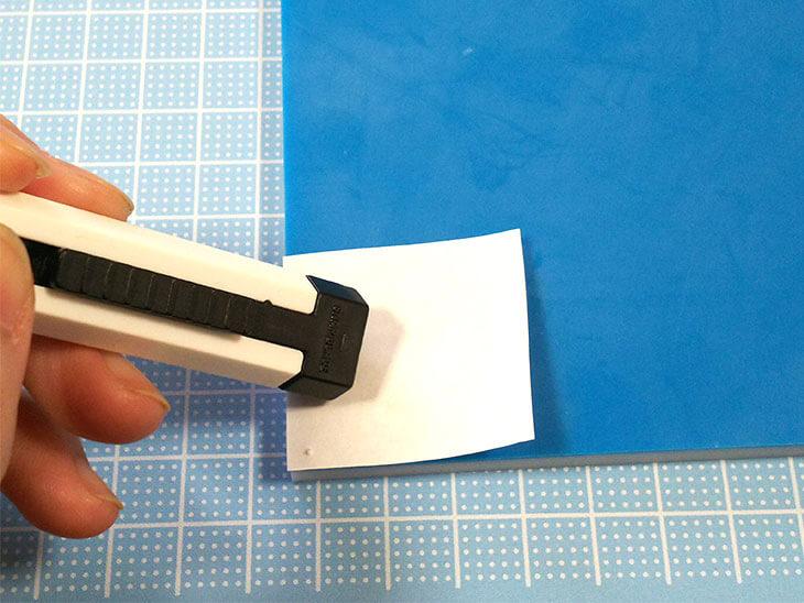スタンプ用消しゴムに図案を転写する様子