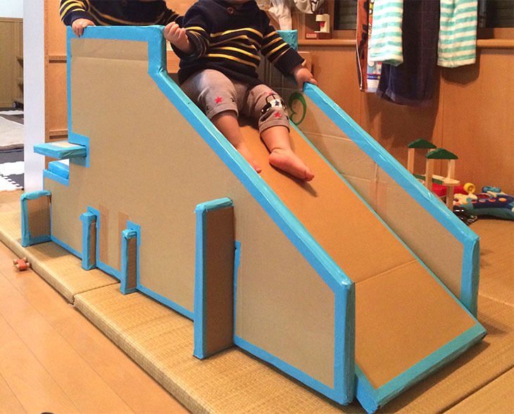 ふちが水色のダンボール製滑り台