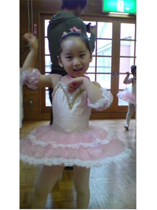 バレエの衣装を着てポーズを取る女の子の幼児