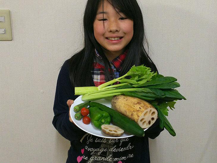 色々な野菜を持つ子供