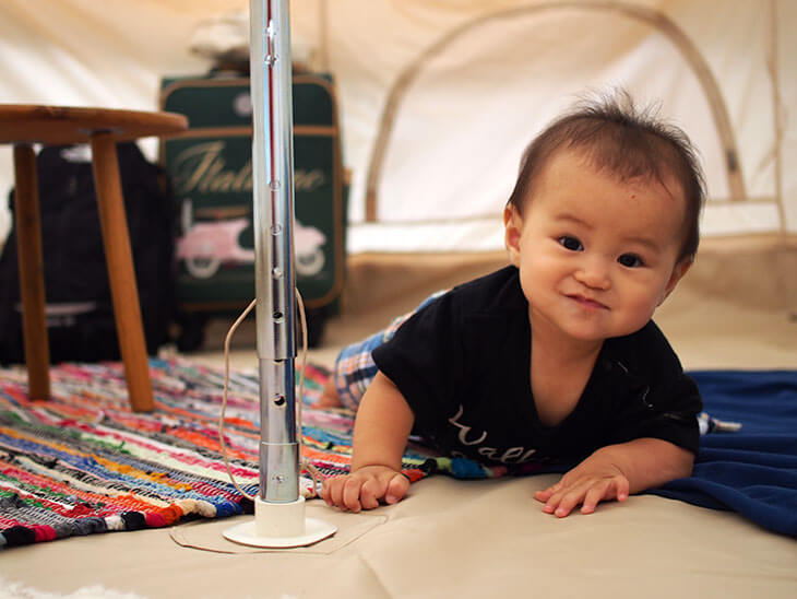 テントにいる赤ちゃんの様子