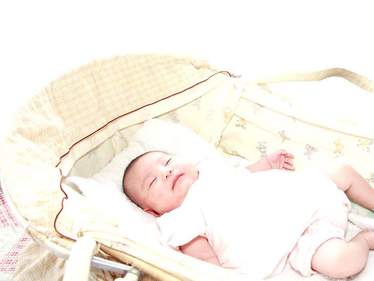 バッグタイプのクーファンで寝ている赤ちゃん