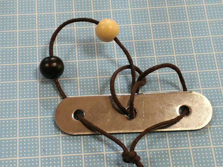 固定金具の左側に移動した右側のビーズ