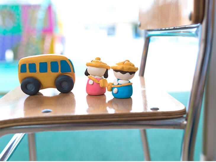 保育園の椅子にバスと園児のねんど