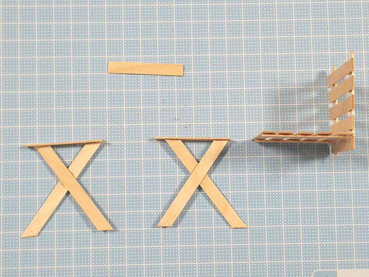 アイス棒工作のイスを組み立てる様子