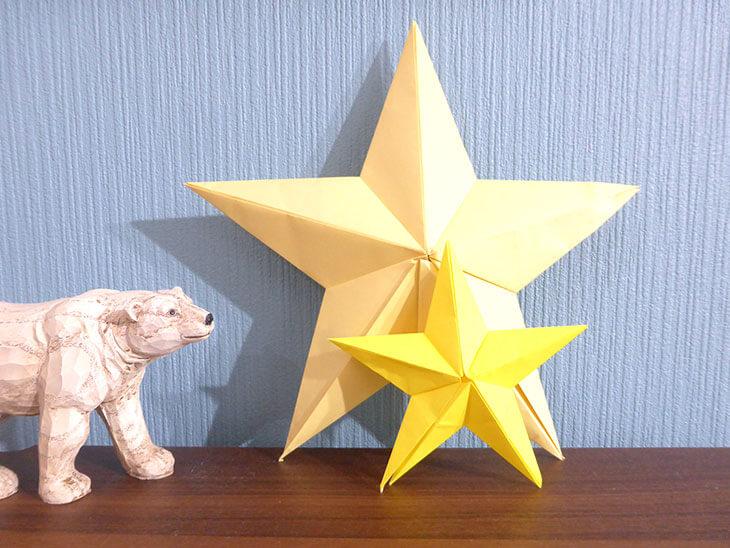 シロクマのオブジェと完成した大小の折り紙バーンスター