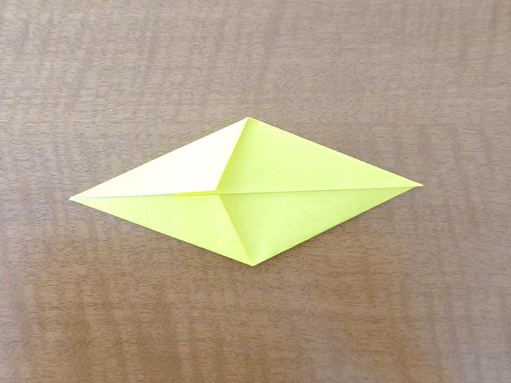 ダイヤのような形に折った折り紙