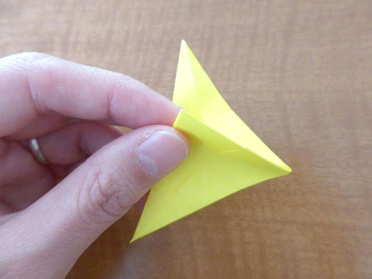 人差し指と親指で折り紙をつまんでいる様子