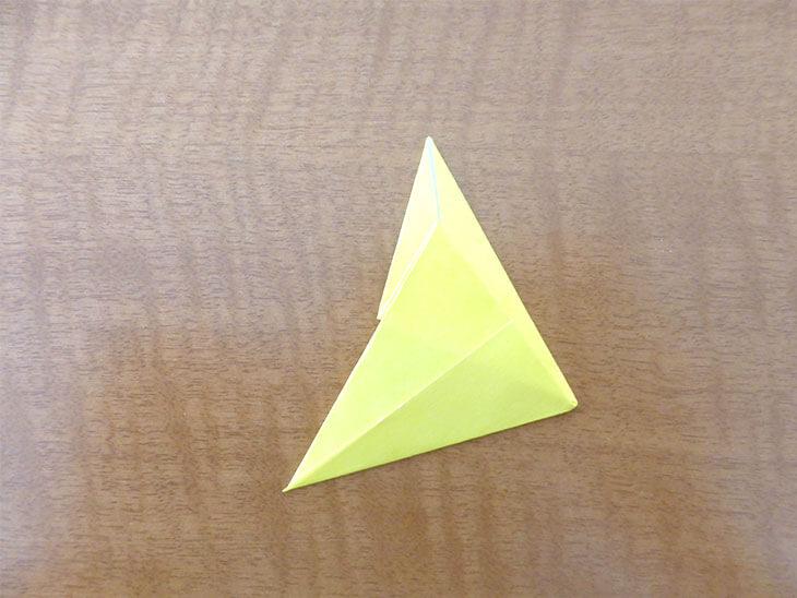 三角2つがくっついているような形の折り紙