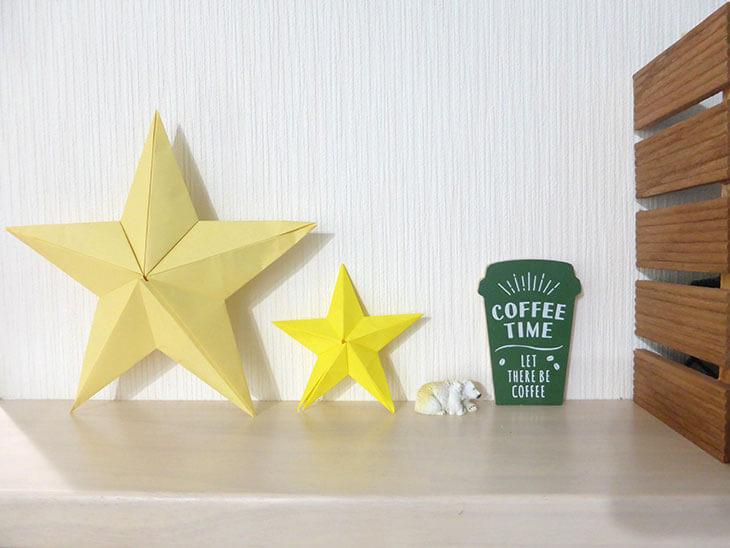インテリアとして飾った大小の折り紙バーンスター