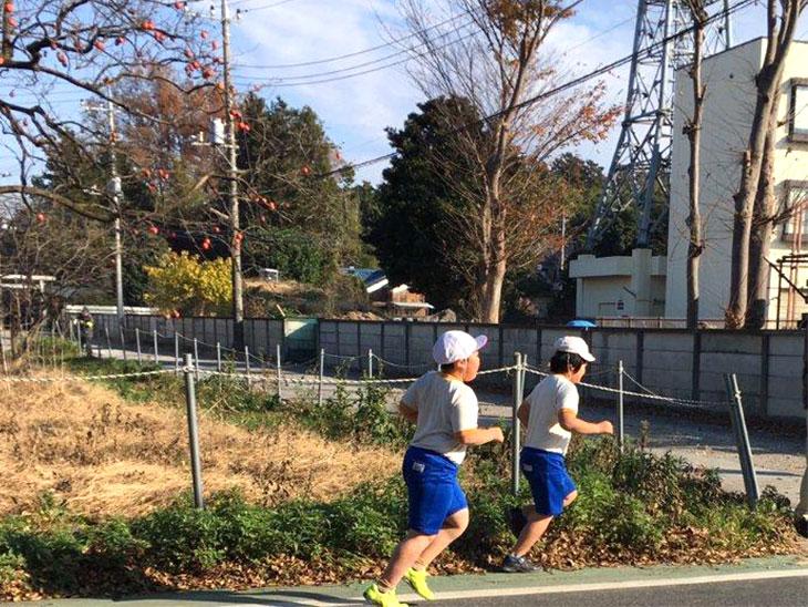 小学校の授業で走る発達障害児