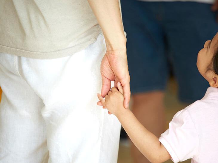 手を繋ぐ父親と子供
