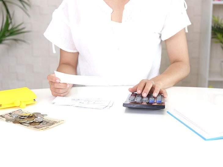 お金を管理する女性