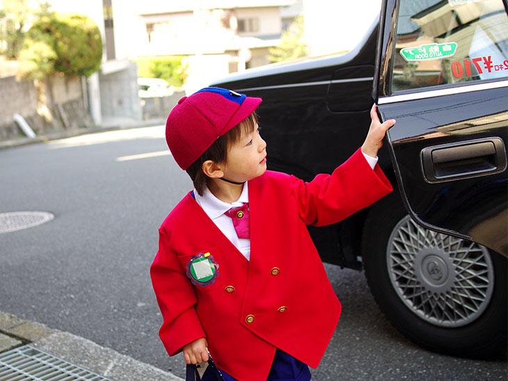 タクシーに乗る男の子