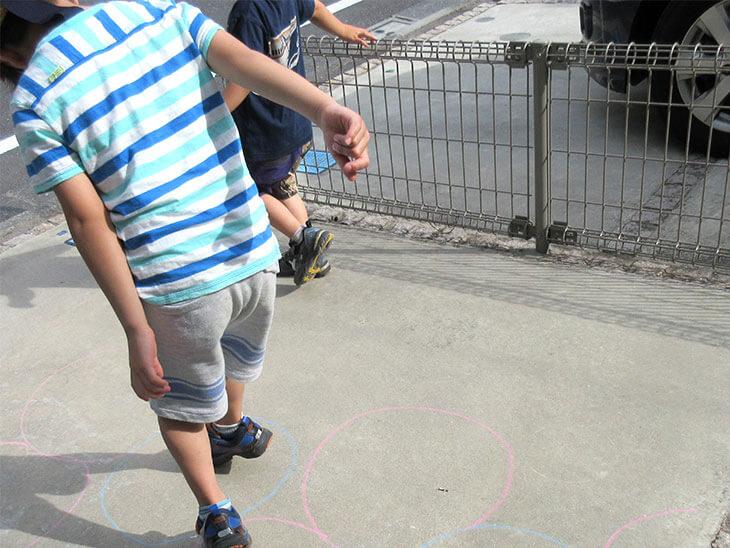 右足ケンと左足ケンの練習をする子供