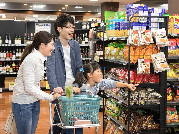 スーパーで買い物中の家族