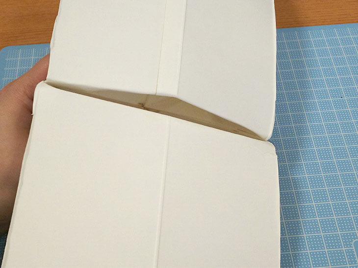 切れ込みを外側に折り返して口パク部分を作った牛乳パック