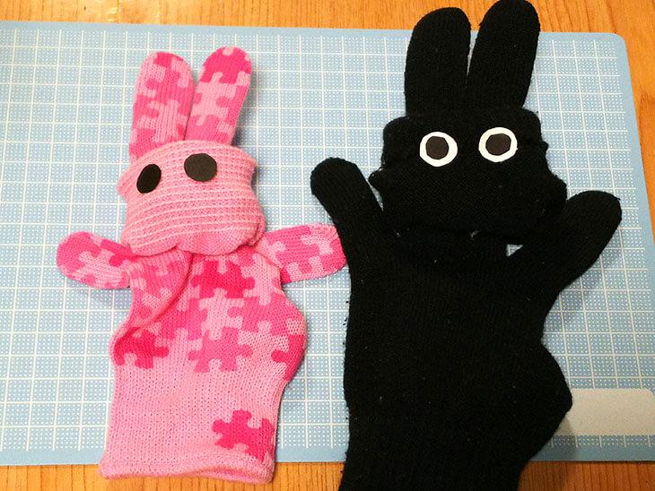 完成した黒とピンクのウサギの手袋パペット