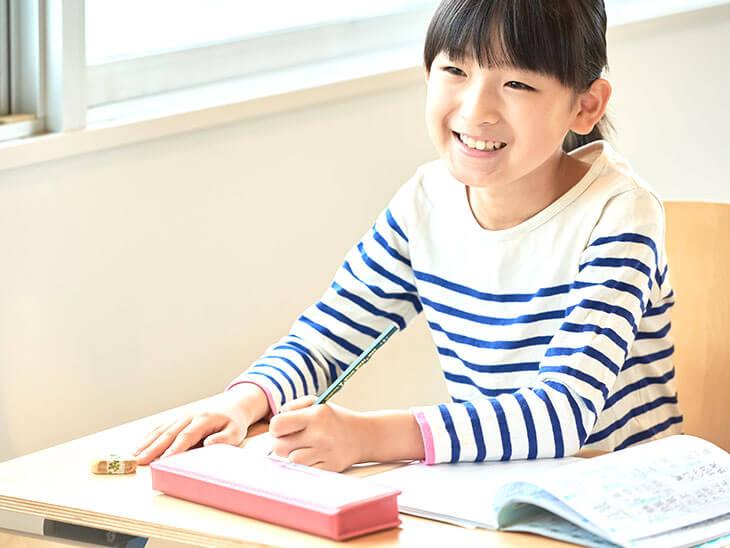 学校で勉強する小学生