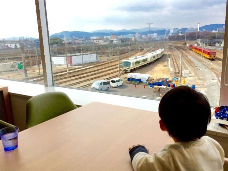 駅の外のを見る赤ちゃん