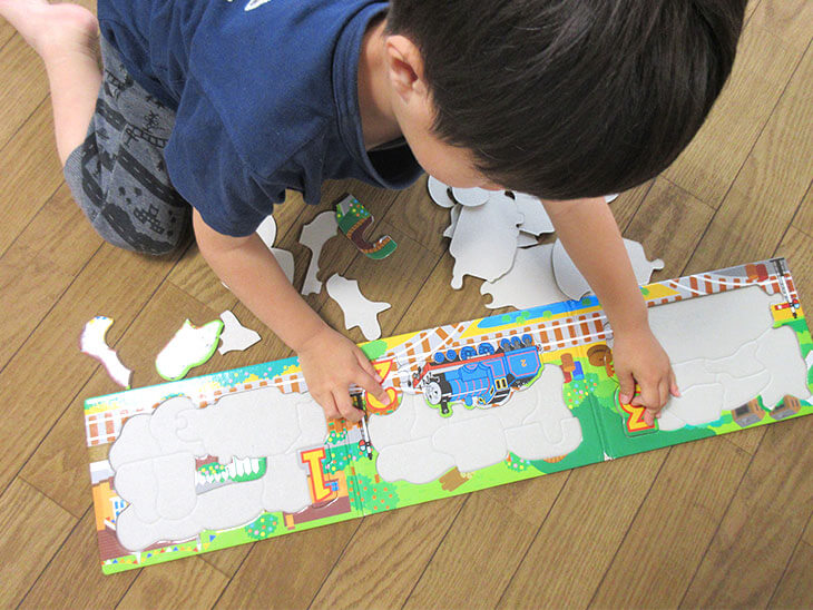 パズルに集中している子供