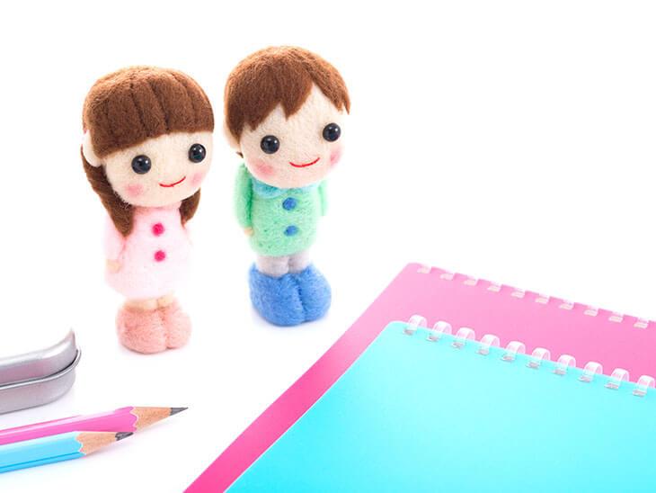 筆箱やノートなど文房具と子供のフィギュア