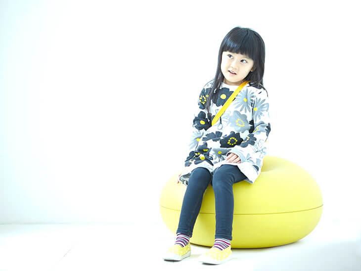 椅子に座って考える女の子