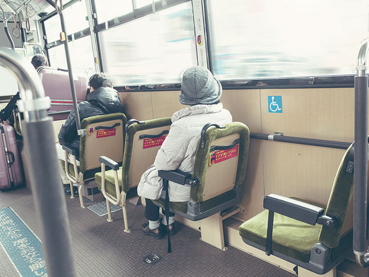 バス内の車いすマーク