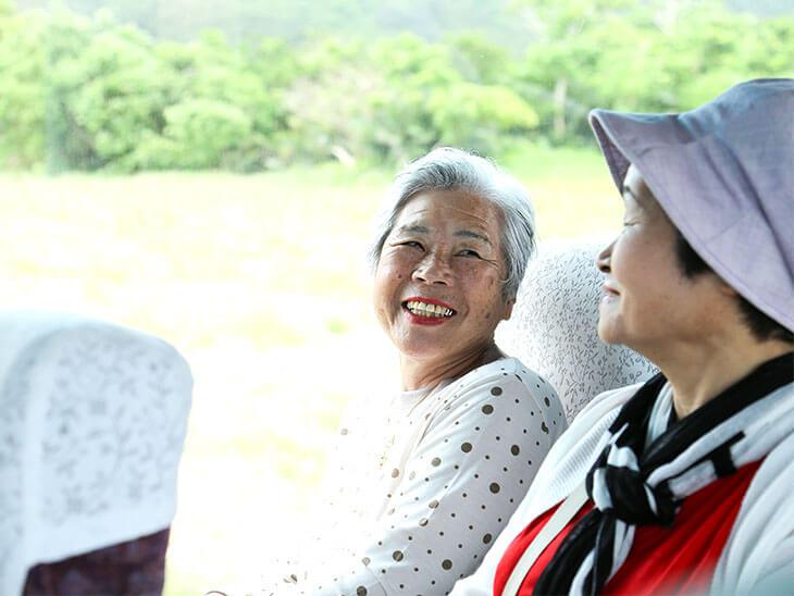 バスに乗る年配のおばさま