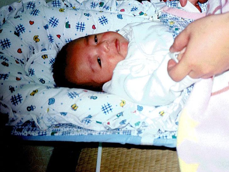 寝起きの赤ちゃんの写真