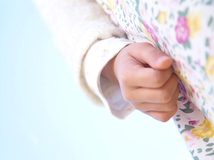 女の子の手