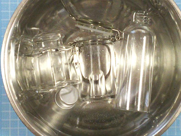 鍋に水とガラス瓶を入れた様子