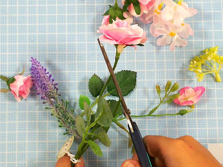 造花をハサミでカットする様子