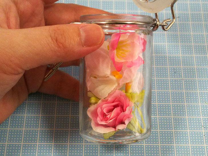 造花を詰め終わったガラス瓶