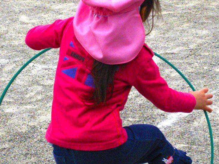 フラフープを練習する女の子