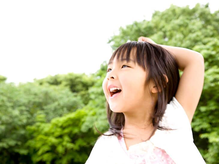 外で笑っている女の子