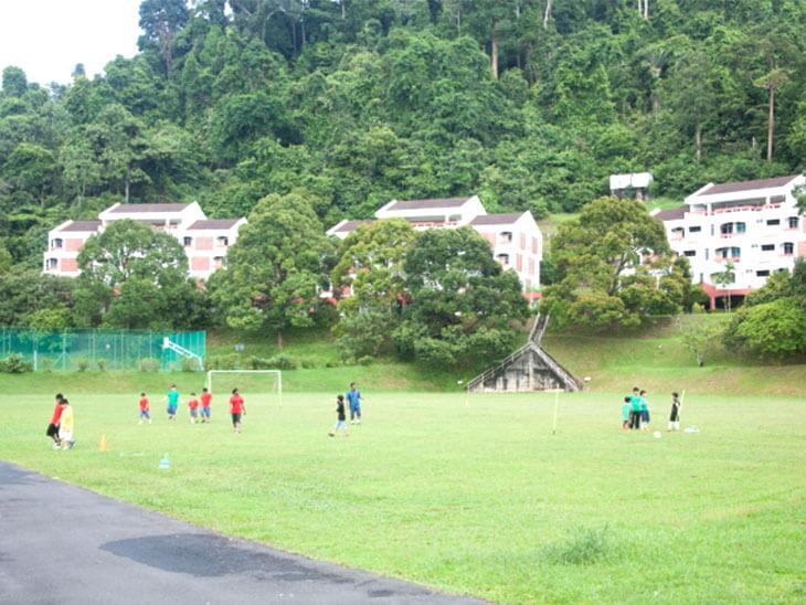 サッカー教室に集まる幼児や小学生