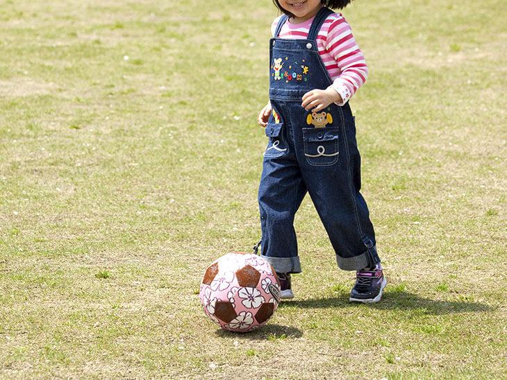 サッカーの練習をする女の子の幼児