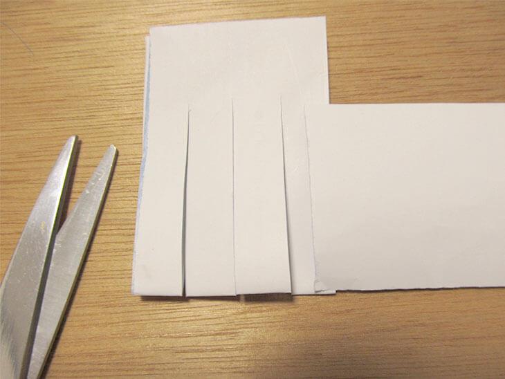 2つに折って切れ込みが入った折り紙