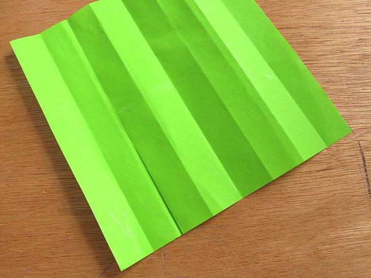 細長く何本も折り目をつけた折り紙