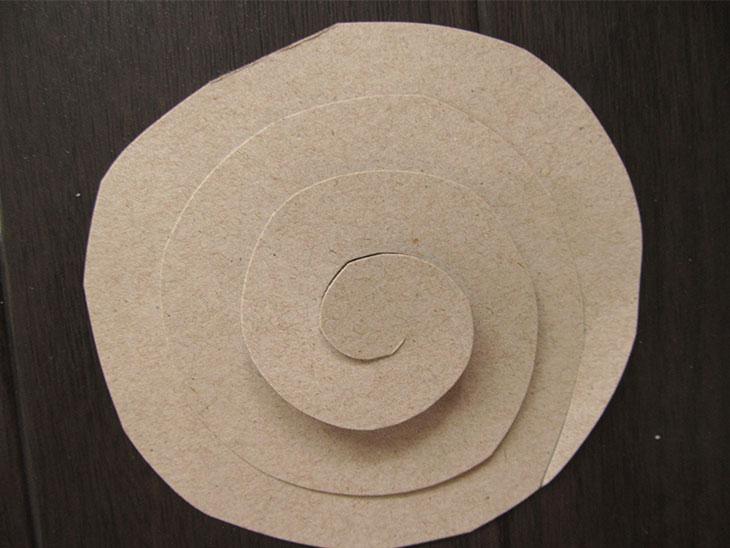 丸く切った紙を渦巻に切った画用紙