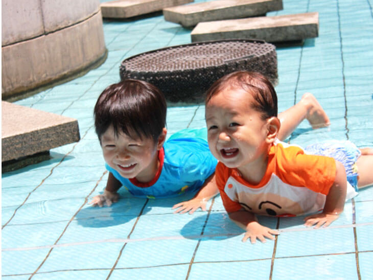 水遊びをする幼児2人