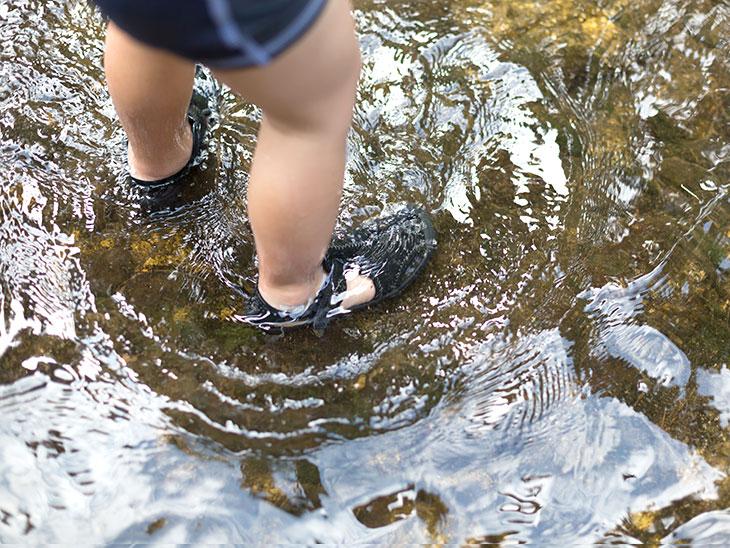 水遊びをする幼児の靴