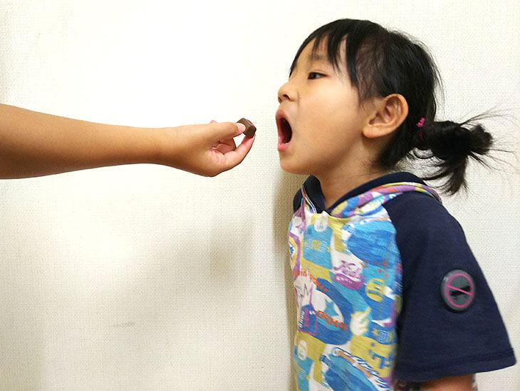 チョコレートを食べようとする幼児