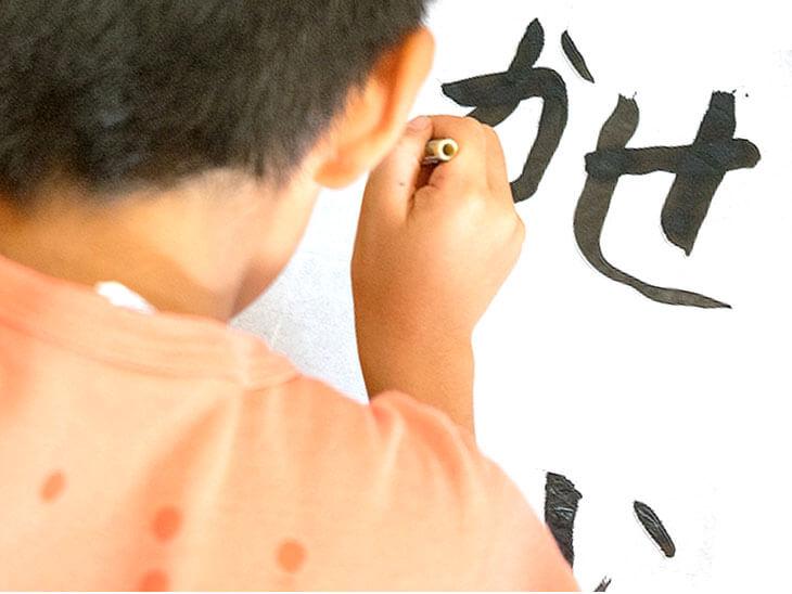 字を書く男の子