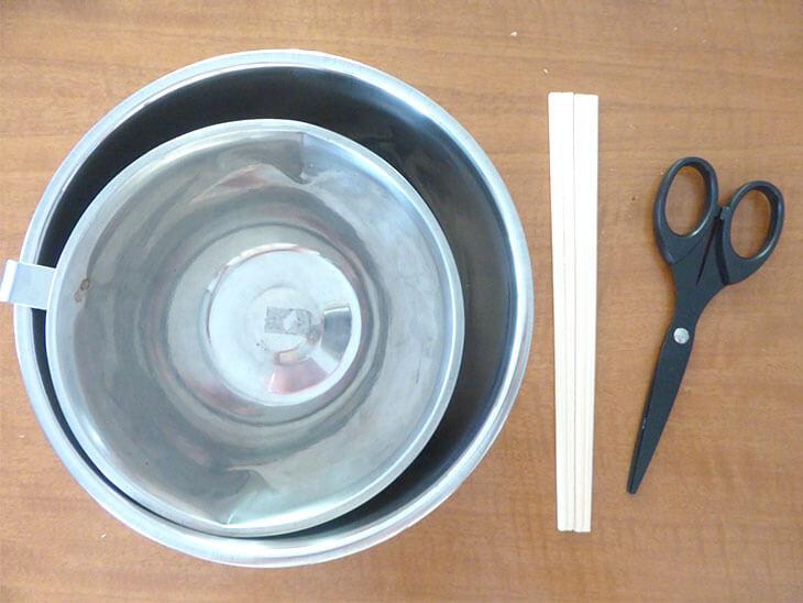 ボウルとハサミと割り箸