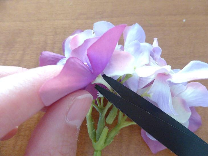 100均で購入した造花を切っている様子