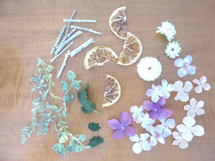 カットして並べた造花やドライフラワー
